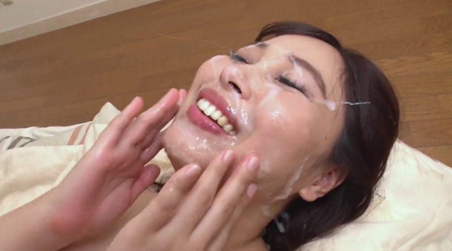 小川桃果に顔射する無修正動画